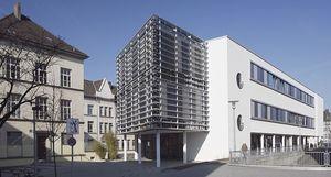 Die photorealistische Abbildung zeigt das Schiller Gymnasium von außen.