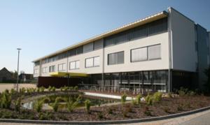 Die Abbildung zeigt das Schulgebäude von Außen.