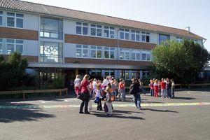 Die Abbildung zeigt ein Schulgebäude aus dem Kreis Offenbach.